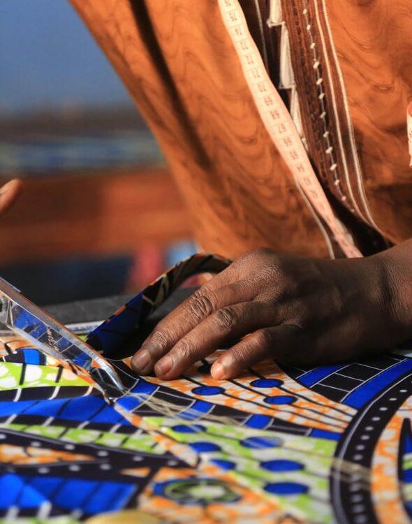 tessuto-wax-africano-di-cotone-realizzato-a-mano-da-abitanti-africani