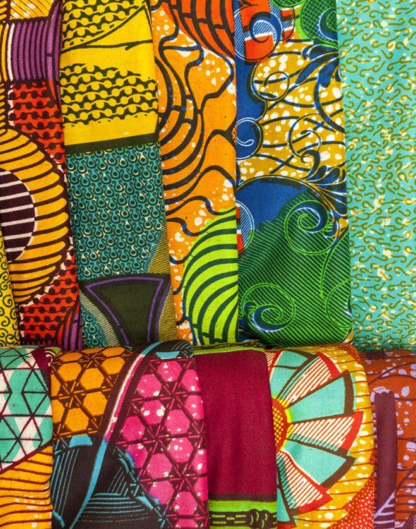 tessuti-wax-africani-dai-colori-sgargianti-realizzati-a-mano-da-artigiani-locali