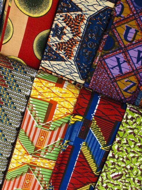 stoffe-wax-africane-di-cotone-dai-colori-vividi-realizzate-a-mano-da-abitanti-africani