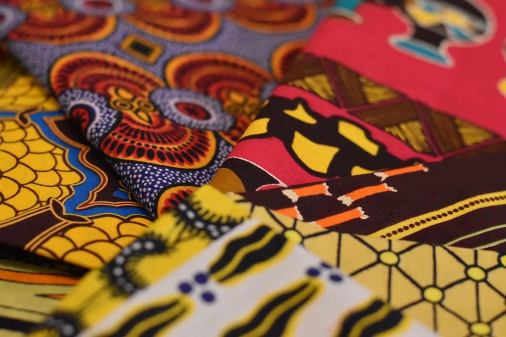 stoffe-wax-africane-di-cotone-di-alta-qualità-dai-colori-sgargianti-fatte-a-mano-da-artigiani-locali