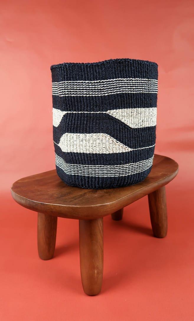 cesta black&white in fibre naturali realizzata in Kenya dagli artigiani africani scatto 2