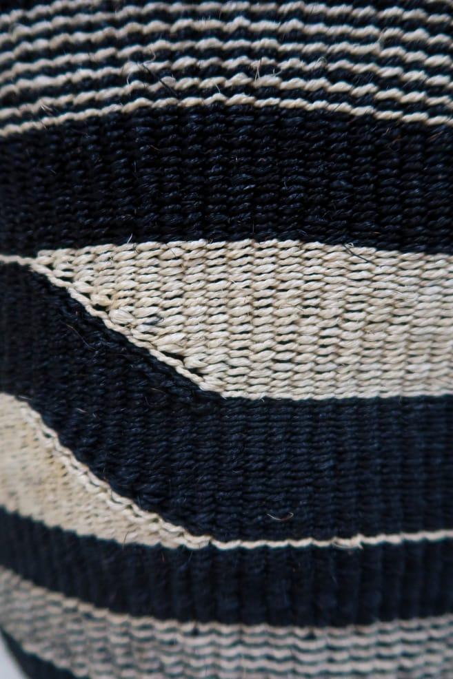 cesta black&white in fibre naturali realizzata in Kenya dagli artigiani africani scatto 3