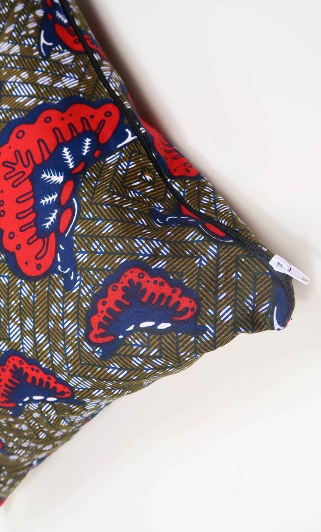 cuscino aquilone con federa in stoffa wax realizzata in Tanzania scatto 6
