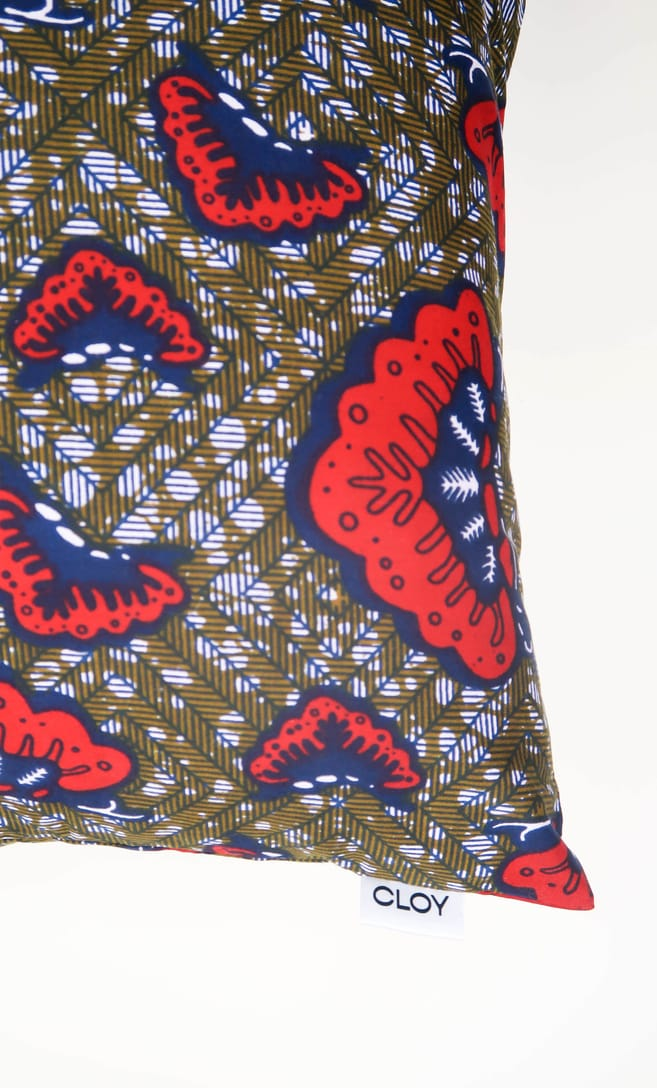 cuscino aquilone con federa in stoffa wax realizzata in Tanzania scatto 5
