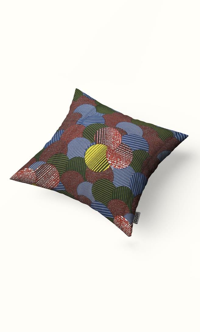 cuscino candy con federa in stoffa wax realizzata in Tanzania scatto 2