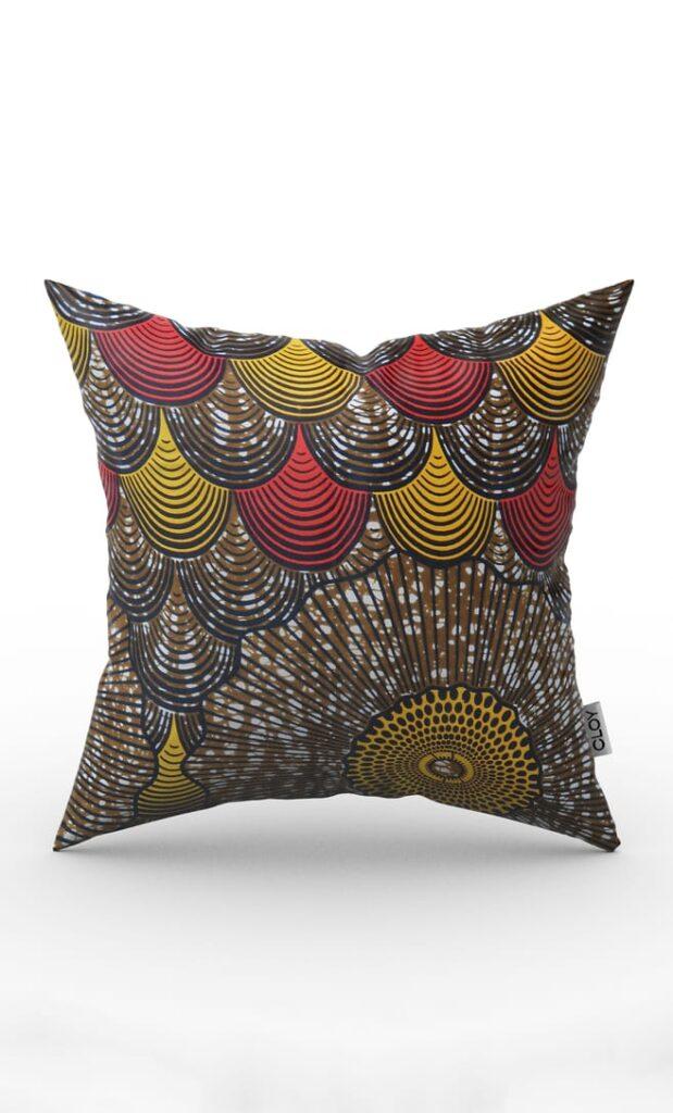 cuscino conchiglia con federa in stoffa wax realizzata in Tanzania scatto 1