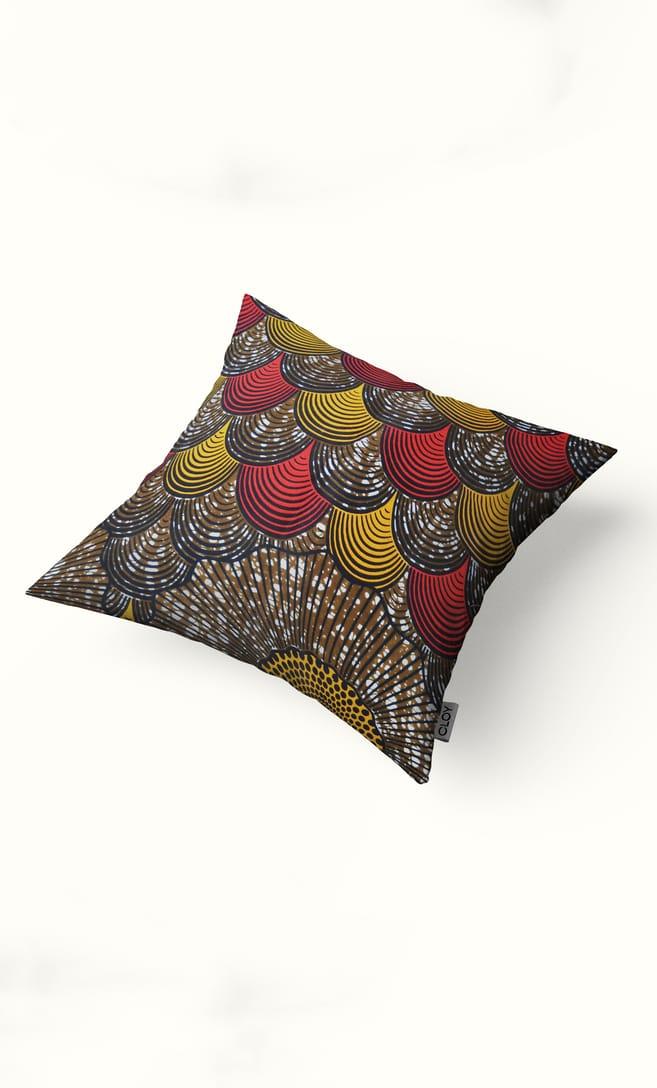 cuscino conchiglia con federa in stoffa wax realizzata in Tanzania scatto 2