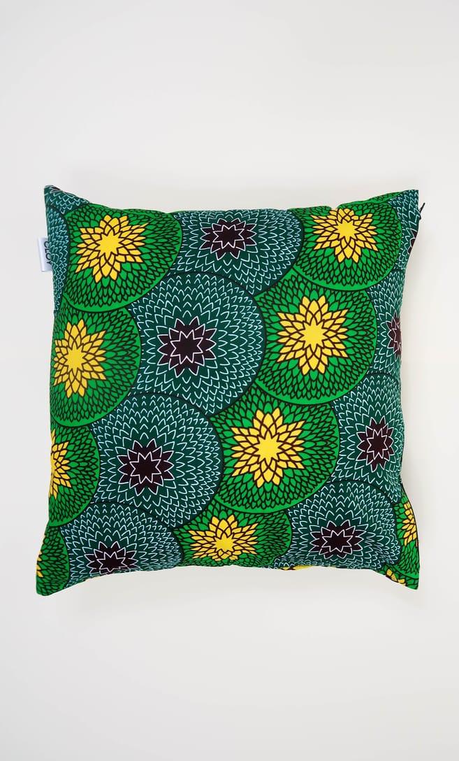 cuscino kiwi con federa in stoffa wax realizzata in Tanzania scatto 5