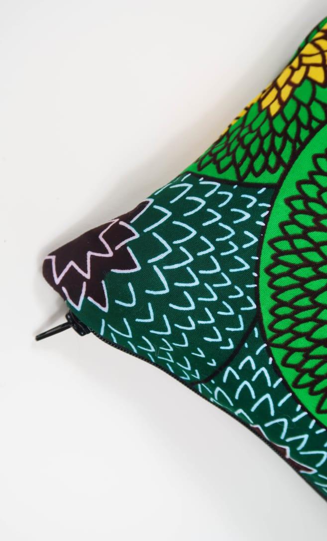 cuscino kiwi con federa in stoffa wax realizzata in Tanzania scatto 4
