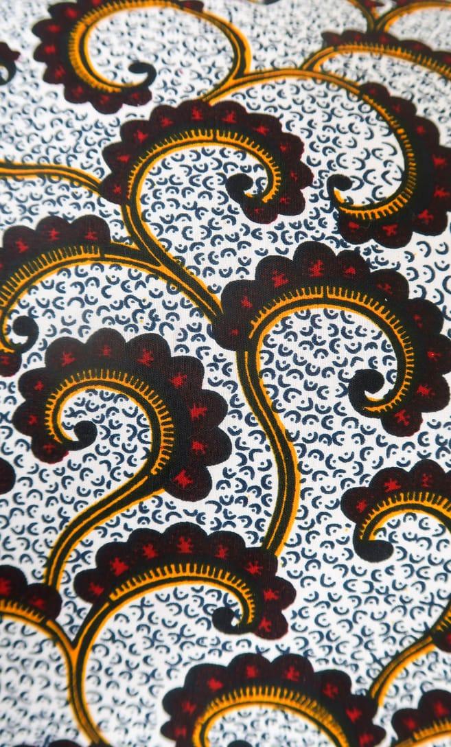cuscino onda con federa in stoffa wax realizzata in Tanzania scatto 5