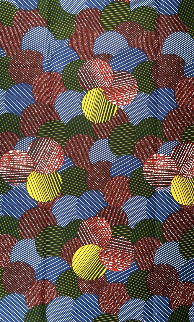 cuscino candy con federa in stoffa wax realizzata in Tanzania scatto 3