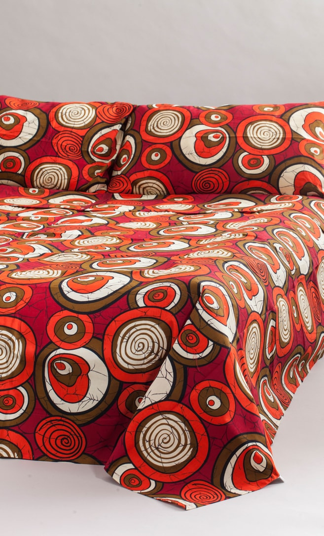 copriletto chiocciola realizzato con stoffa wax in cotone originaria della Tanzania scatto 1