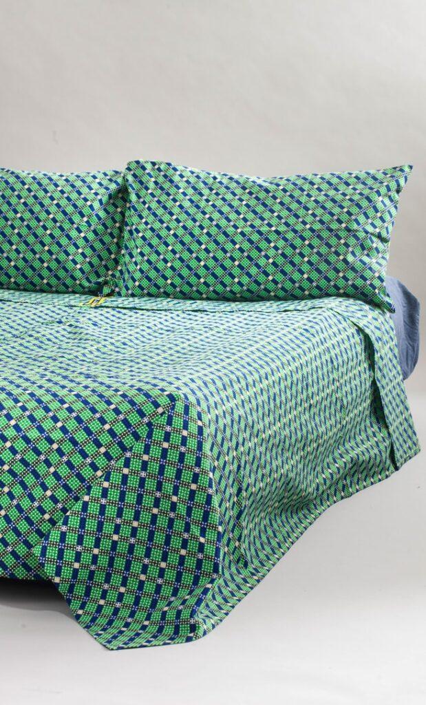 copriletto contrasto realizzato con stoffa wax in cotone originaria della Tanzania scatto 1