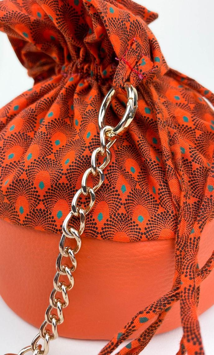 Borsa arancia in stoffa shweshwe con fondo in ecopelle arancione e catena color oro come manico scatto 4