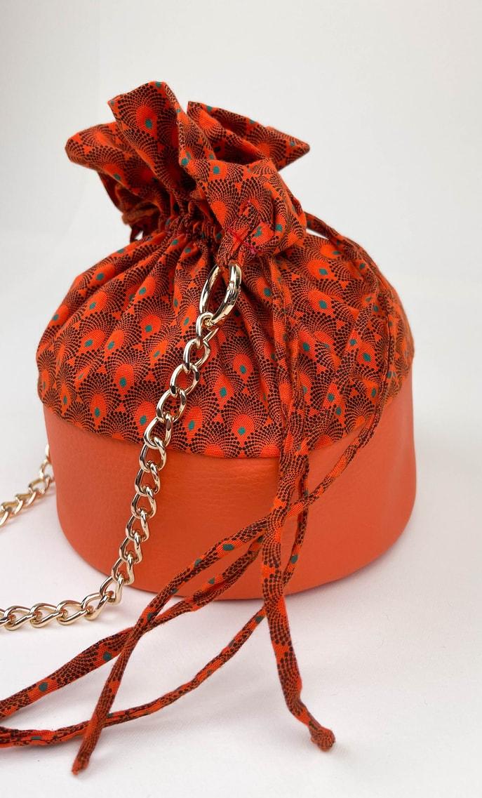 Borsa arancia in stoffa shweshwe con fondo in ecopelle arancione e catena color oro come manico scatto 3