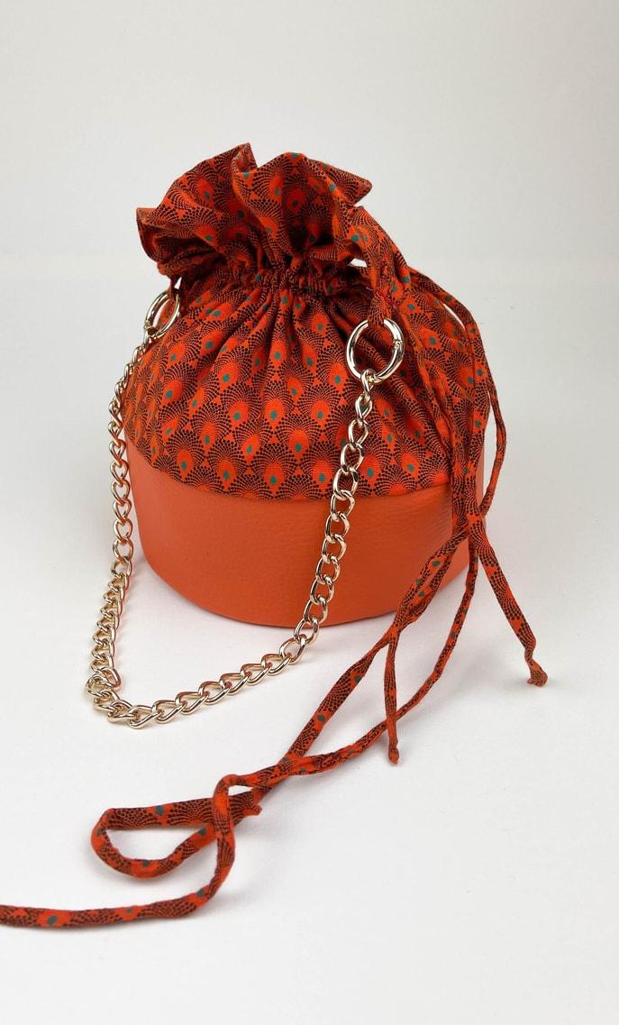 Borsa arancia in stoffa shweshwe con fondo in ecopelle arancione e catena color oro come manico scatto 2