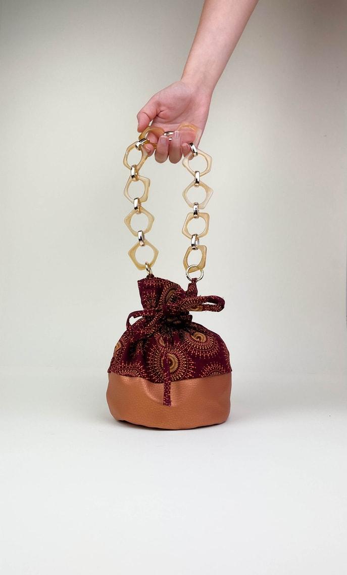 Borsa autunno in stoffa shweshwe con fondo in ecopelle bronzo e catena color oro e marrone pastello come manico scatto 1
