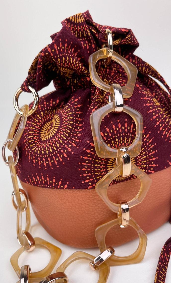 Borsa autunno in stoffa shweshwe con fondo in ecopelle bronzo e catena color oro e marrone pastello come manico scatto 3