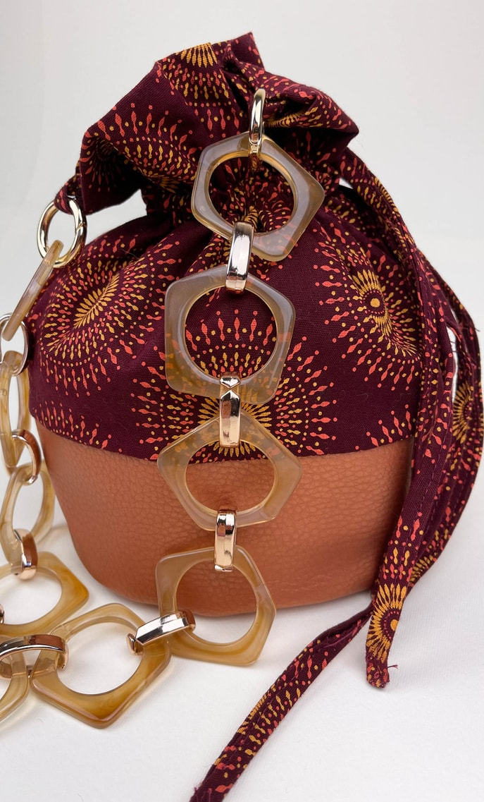 Borsa autunno in stoffa shweshwe con fondo in ecopelle bronzo e catena color oro e marrone pastello come manico scatto 2