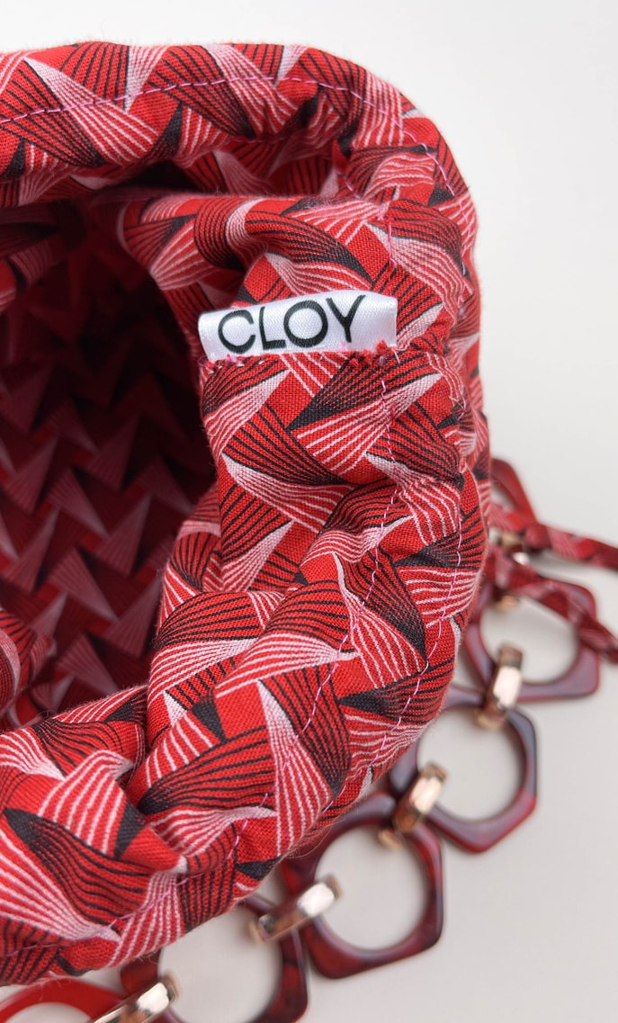 Borsa geo in stoffa shweshwe con fondo in ecopelle rosso e catena color oro e rosso con finiture in nero come manico scatto 4