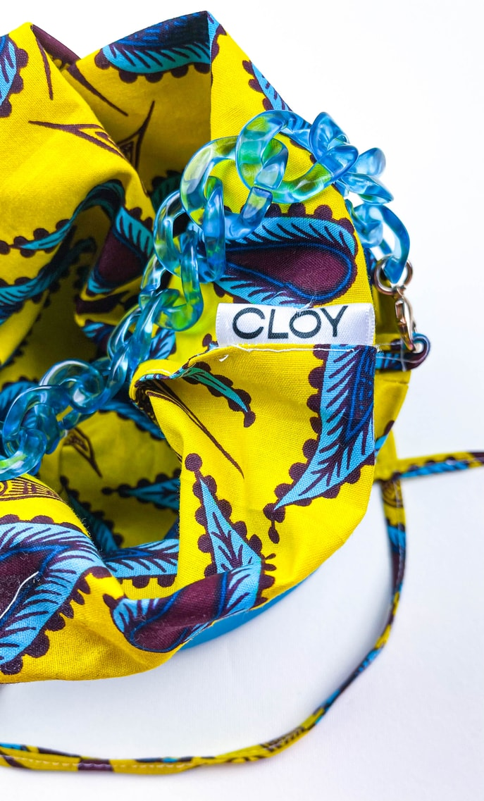 Borsa limone in stoffa wax con fondo in ecopelle turchese e catena in azzurro come manico e ganci color oro scatto 4