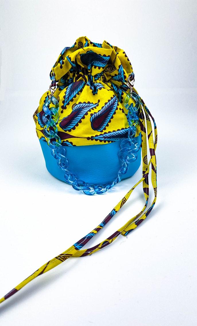 Borsa limone in stoffa wax con fondo in ecopelle turchese e catena in azzurro come manico e ganci color oro scatto 2