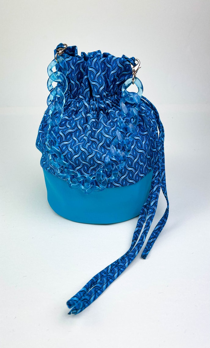 Borsa mare in stoffa shweshwe con fondo in ecopelle azzurro intenso e catena dello stesso colore come manico e ganci color oro scatto 2