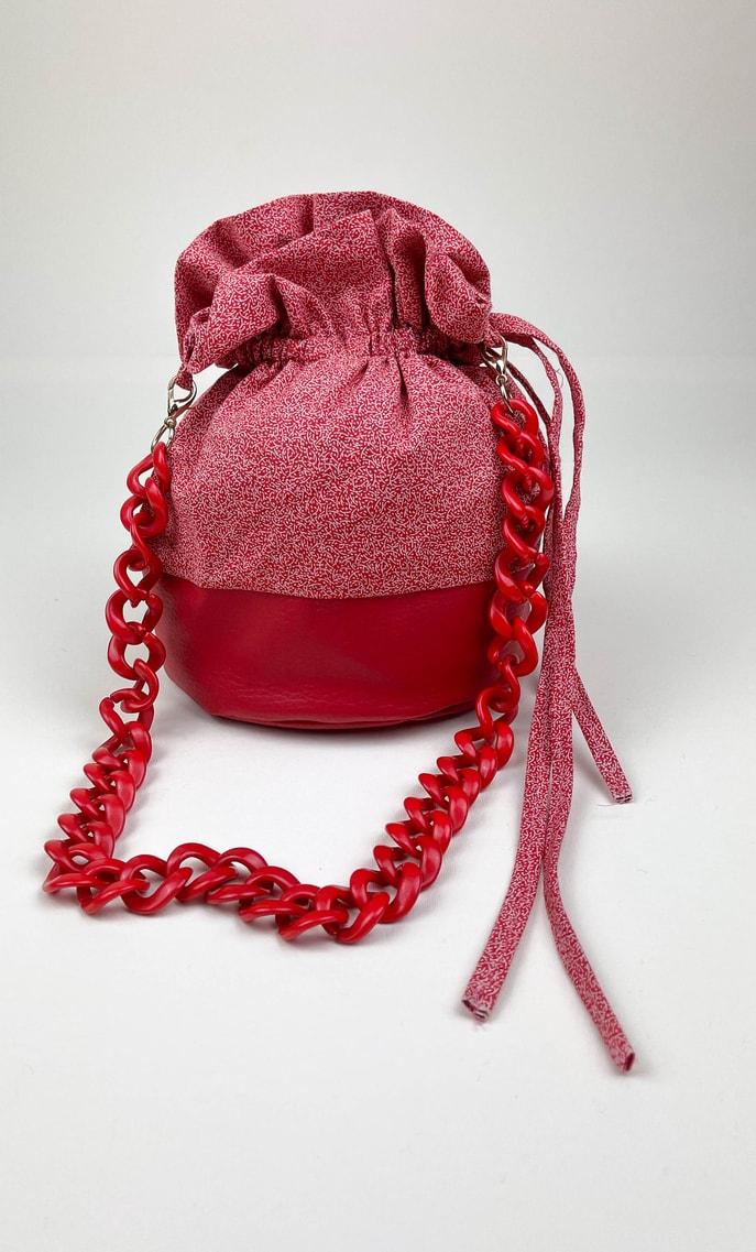 Borsa rubino in stoffa shweshwe con fondo in ecopelle rosso e catena dello stesso colore come manico scatto 2