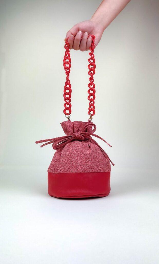Borsa rubino in stoffa shweshwe con fondo in ecopelle rosso e catena dello stesso colore come manico scatto 1