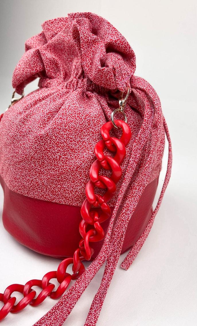 Borsa rubino in stoffa shweshwe con fondo in ecopelle rosso e catena dello stesso colore come manico scatto 3