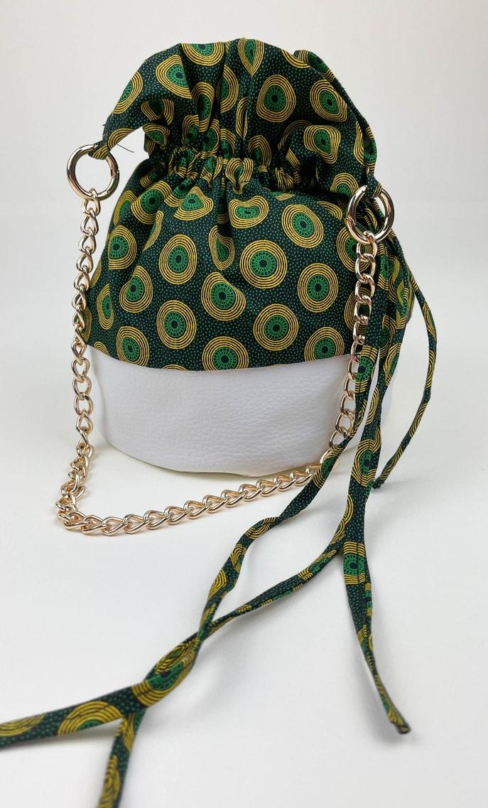 Borsa smeraldo in stoffa shweshwe con fondo in ecopelle bianco e catena dal color oro come manico scatto 2