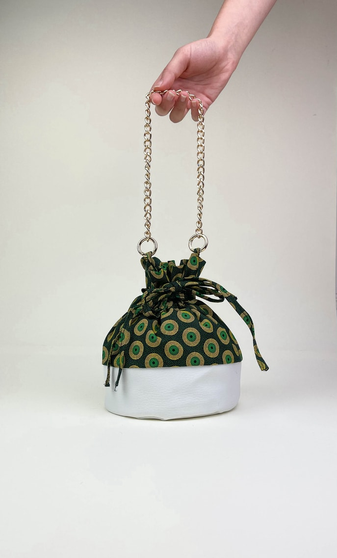 Borsa smeraldo in stoffa shweshwe con fondo in ecopelle bianco e catena dal color oro come manico scatto 1