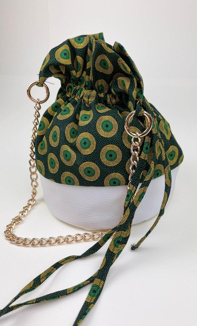 Borsa smeraldo in stoffa shweshwe con fondo in ecopelle bianco e catena dal color oro come manico scatto 3