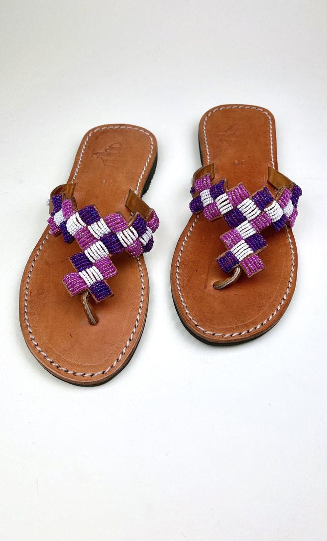 Sandalo ametista in cuoio con perline bianche, rosa e viola che adornano la parte superiore scatto 1