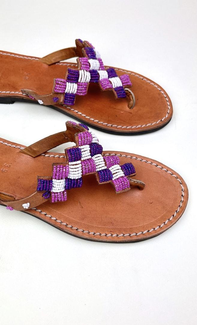 Sandalo ametista in cuoio con perline bianche, rosa e viola che adornano la parte superiore scatto 2