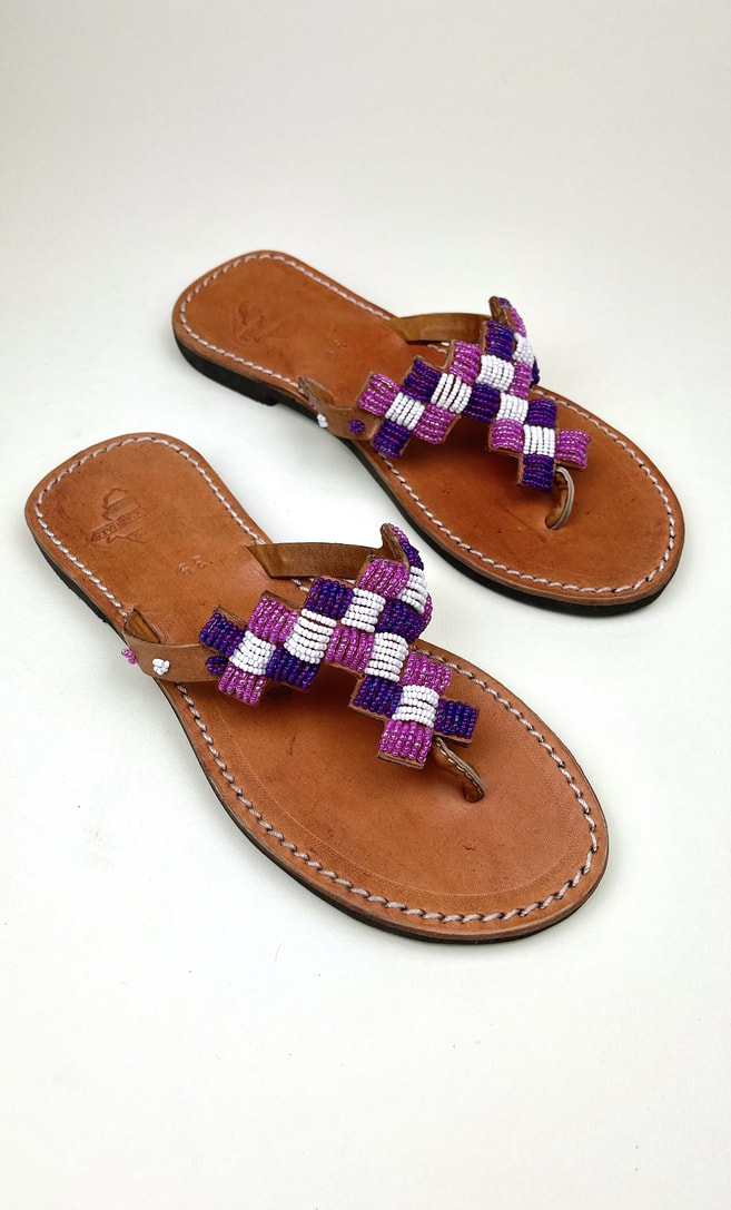 Sandalo ametista in cuoio con perline bianche, rosa e viola che adornano la parte superiore scatto 3