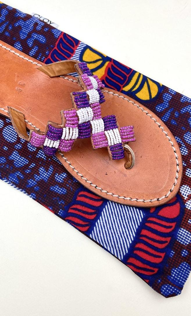 Sandalo ametista in cuoio con perline bianche, rosa e viola che adornano la parte superiore scatto 4
