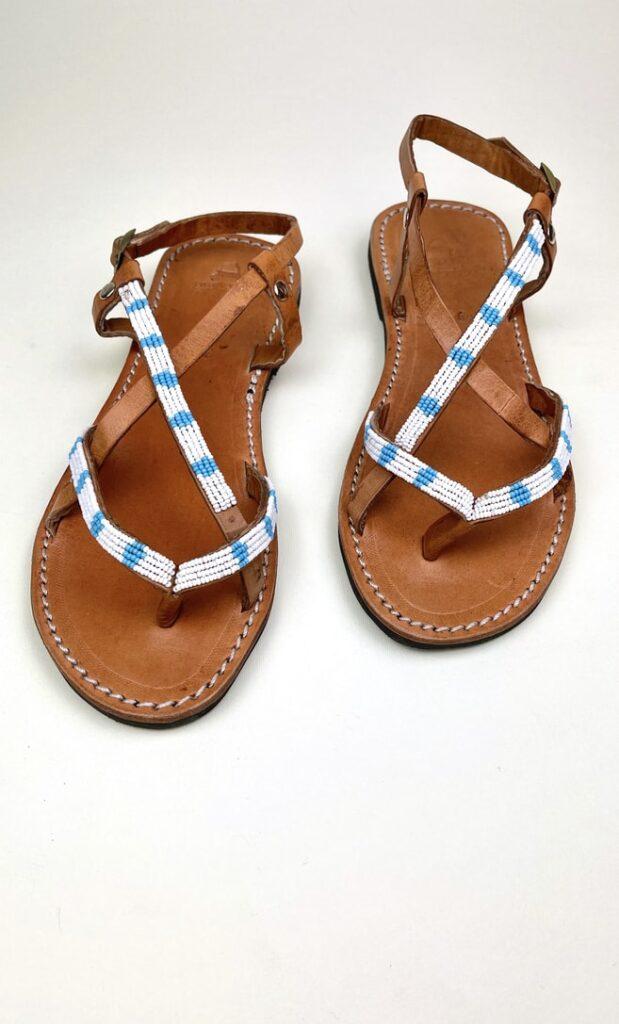 Sandalo estete in cuoio con perline in bianche e azzurre che adornano la parte superiore scatto 1