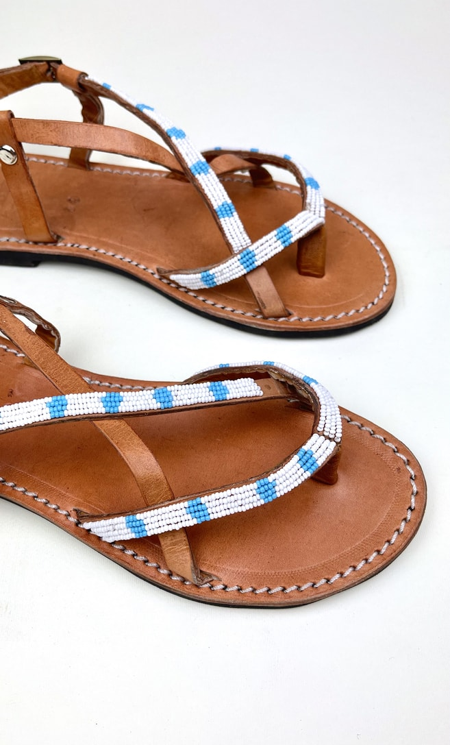 Sandalo estete in cuoio con perline in bianche e azzurre che adornano la parte superiore scatto 2