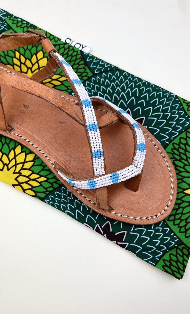 Sandalo estete in cuoio con perline bianche e azzurre che adornano la parte superiore scatto 4