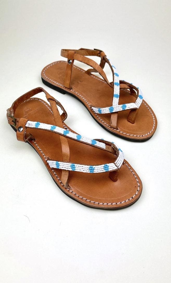 Sandalo estete in cuoio con perline in bianche e azzurre che adornano la parte superiore scatto 3