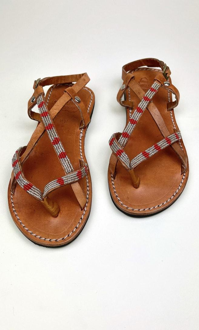 Sandalo perla rossa in cuoio con perline argento e rosse che adornano la parte superiore scatto 1