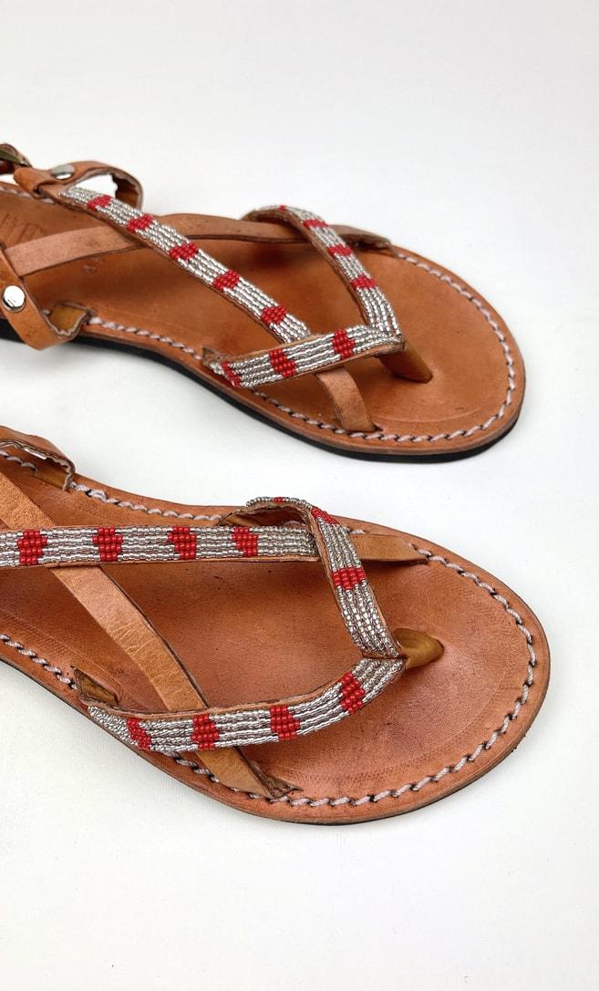 Sandalo perla rossa in cuoio con perline argento e rosse che adornano la parte superiore scatto 2