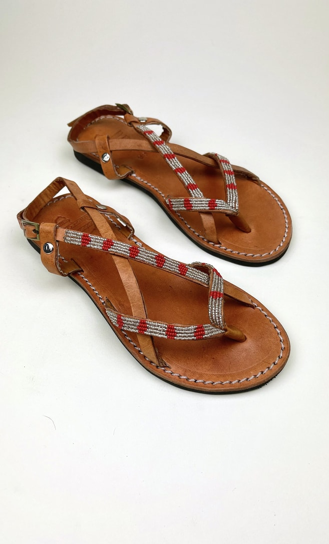 Sandalo perla rossa in cuoio con perline argento e rosse che adornano la parte superiore scatto 3