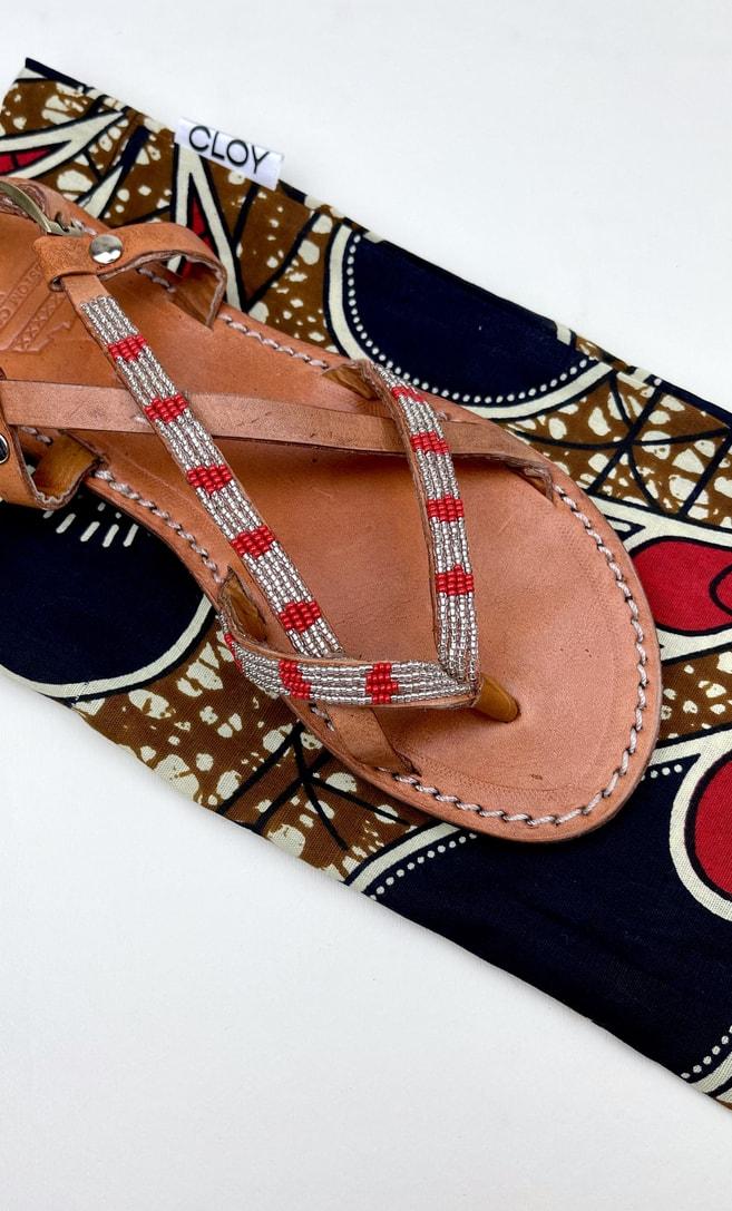 Sandalo perla rossa in cuoio con perline argento e rosse che adornano la parte superiore scatto 4