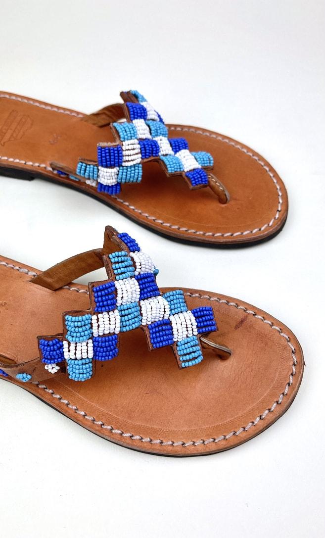 Sandalo topazio in cuoio con perline bianche, azzurre e blu che adornano la parte superiore scatto 2