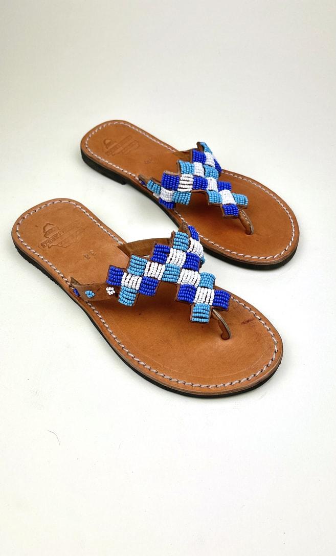 Sandalo topazio in cuoio con perline bianche, azzurre e blu che adornano la parte superiore scatto 3