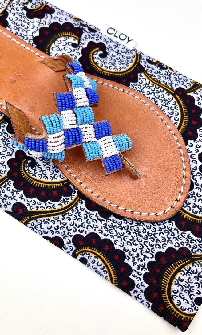 Sandalo topazio in cuoio con perline bianche, azzurre e blu che adornano la parte superiore scatto 4