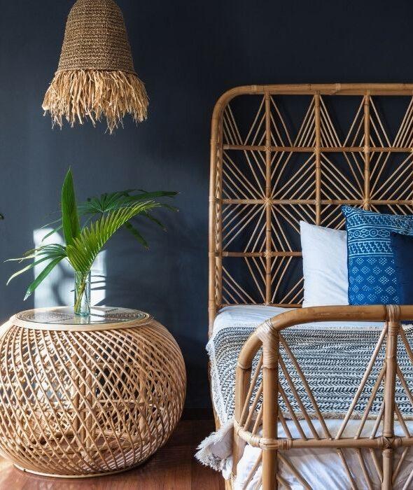 Camera da letto in stile etnico con tessuti africani e oggetti orientali