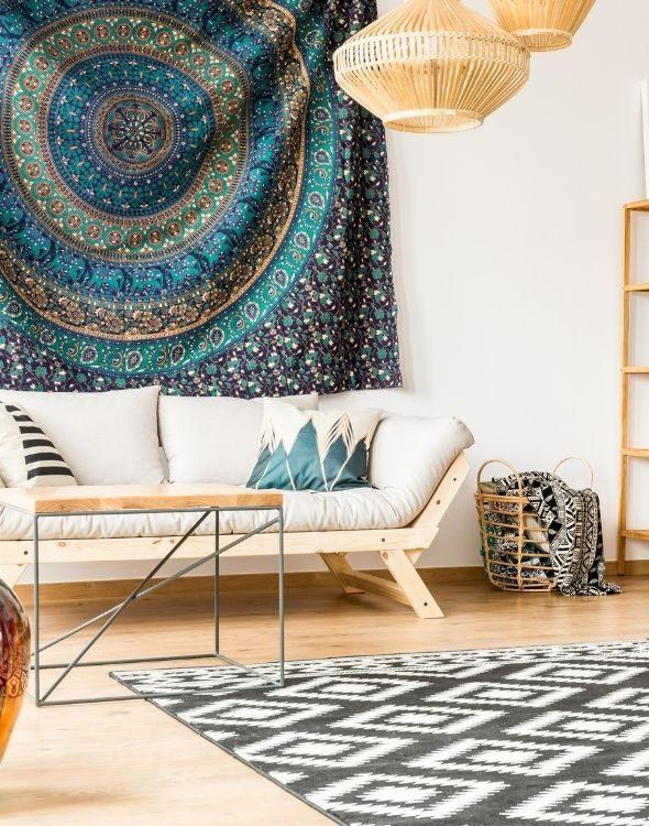 Salotto in stile etnico con tessuti africani di lusso e complementi d'arredo che vengono da lontano